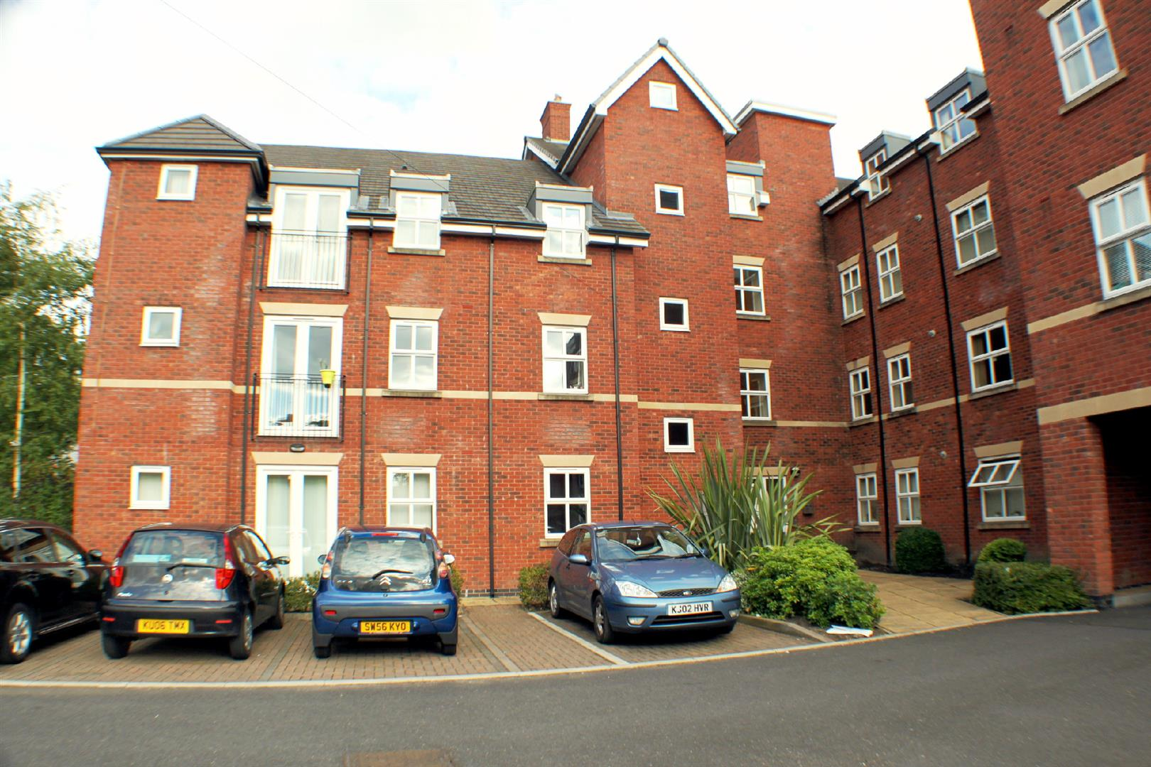 2 Bedrooms Flat for rent in Clarendon Place, Eccles